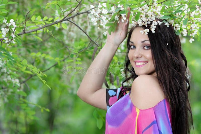Menina no jardim do prado do verão foto de stock royalty free
