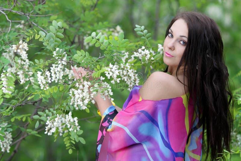 Menina no jardim do prado do verão fotos de stock royalty free