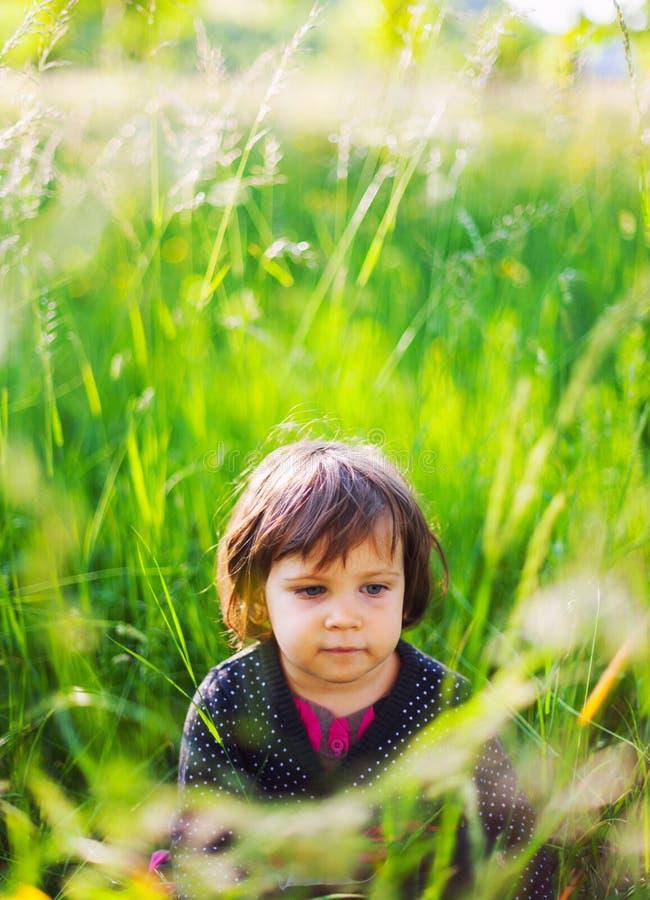 Menina no jardim do verão imagem de stock