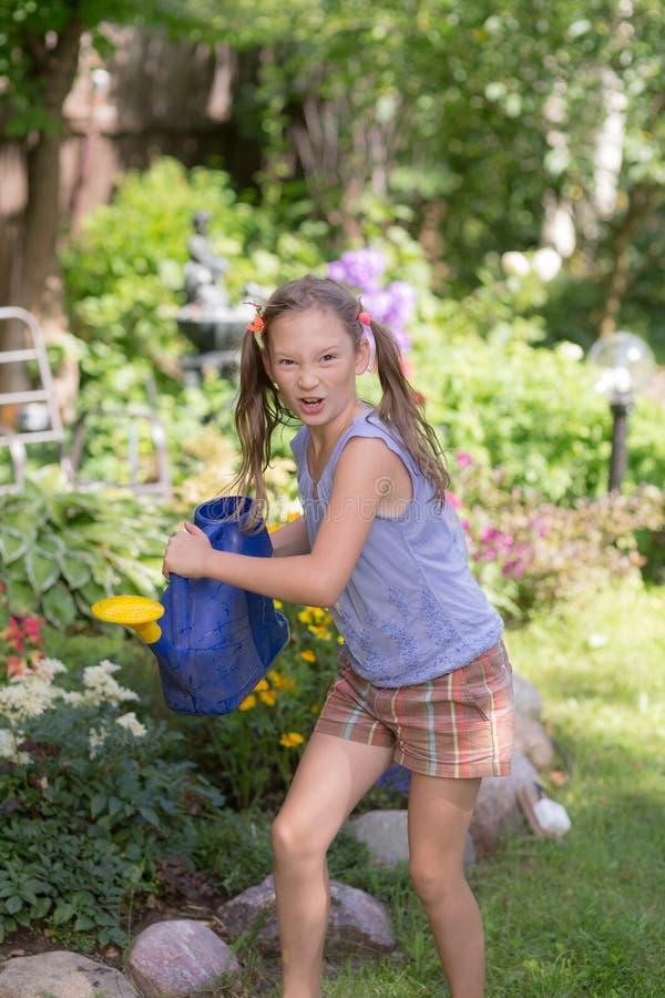Menina no jardim do ver?o fotos de stock royalty free