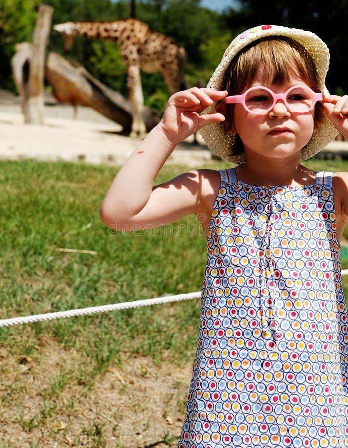 Menina no jardim zoológico imagens de stock