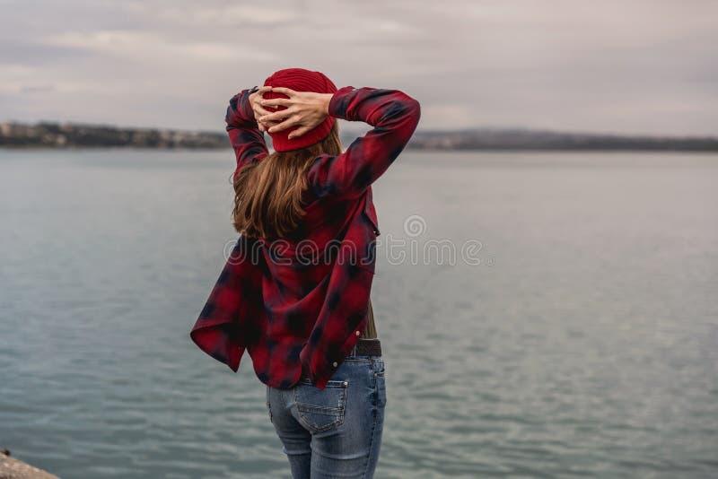 Menina no lago foto de stock