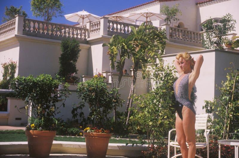 Menina no maiô pela banheira de hidromassagem, Laguna Niguel, CA, Ritz Carlton Hotel fotografia de stock