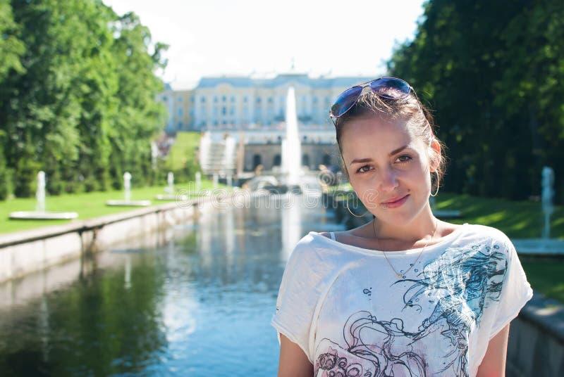 Menina no mais baixo parque do Peterhof fotos de stock royalty free