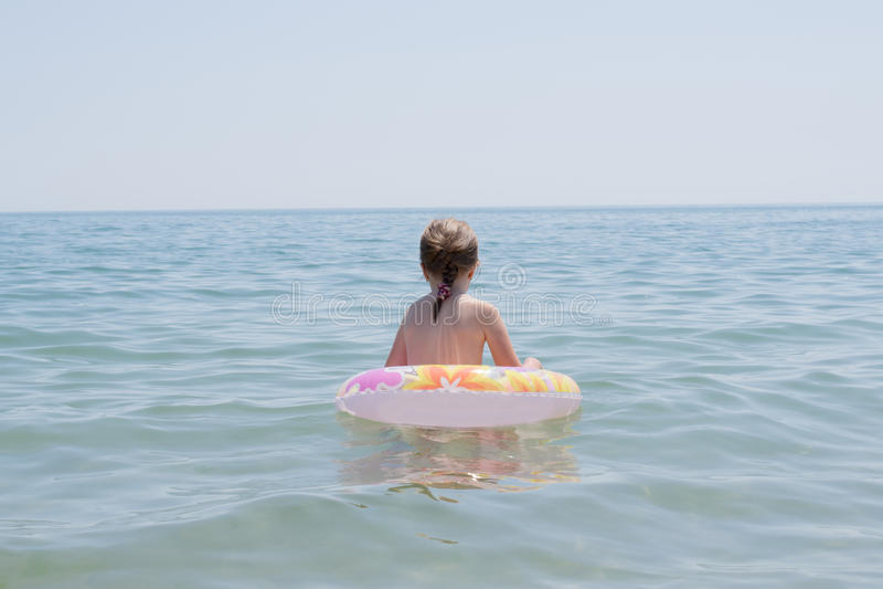 Menina no mar foto de stock royalty free