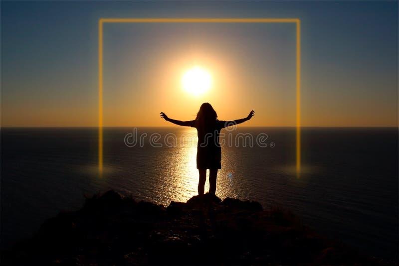 Menina no oceano no por do sol Quadro luminoso foto de stock royalty free