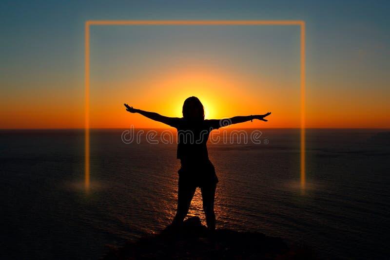 Menina no oceano no por do sol Quadro luminoso fotos de stock