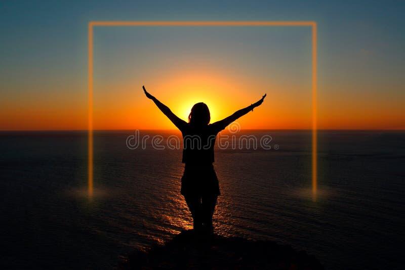 Menina no oceano no por do sol Quadro luminoso imagens de stock royalty free