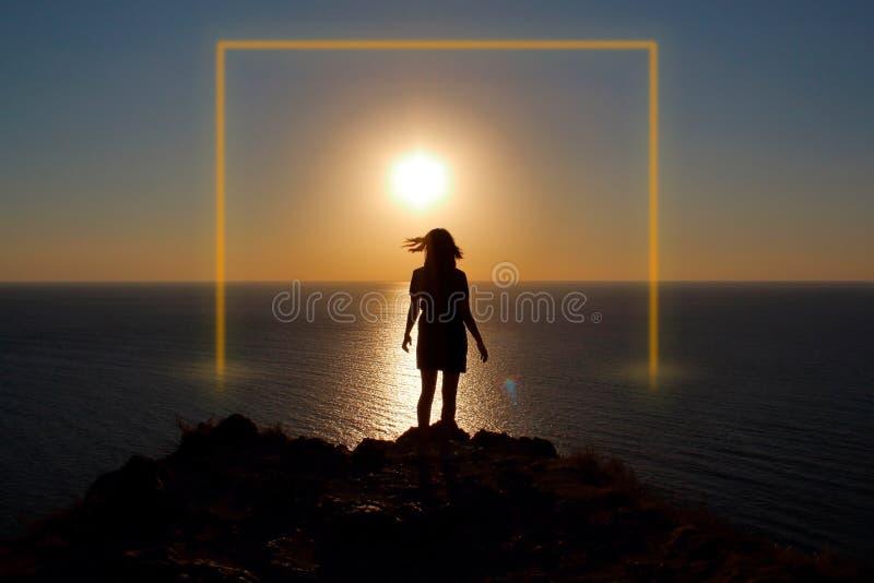Menina no oceano no por do sol Quadro luminoso fotos de stock royalty free