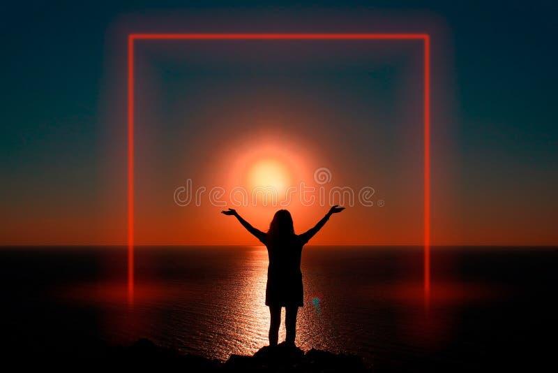 Menina no oceano no por do sol Quadro luminoso imagem de stock