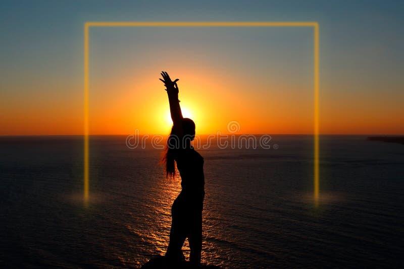 Menina no oceano no por do sol Quadro luminoso imagens de stock