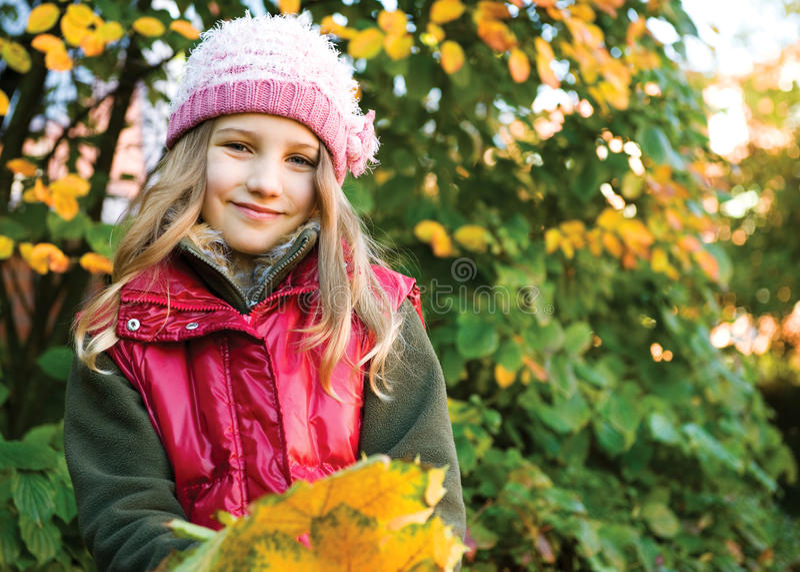 Menina no outono fotografia de stock