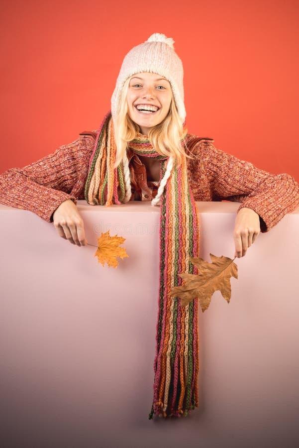 Menina no outono que joga com as folhas no fundo das folhas de outono Venda para a cole??o inteira do outono, discontos incr?veis foto de stock royalty free