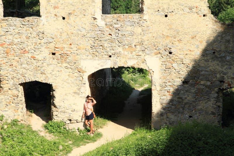 Menina no pátio da pedra das meninas do castelo imagem de stock