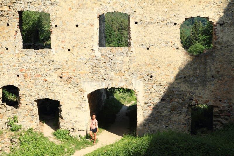 Menina no pátio da pedra das meninas do castelo imagens de stock royalty free