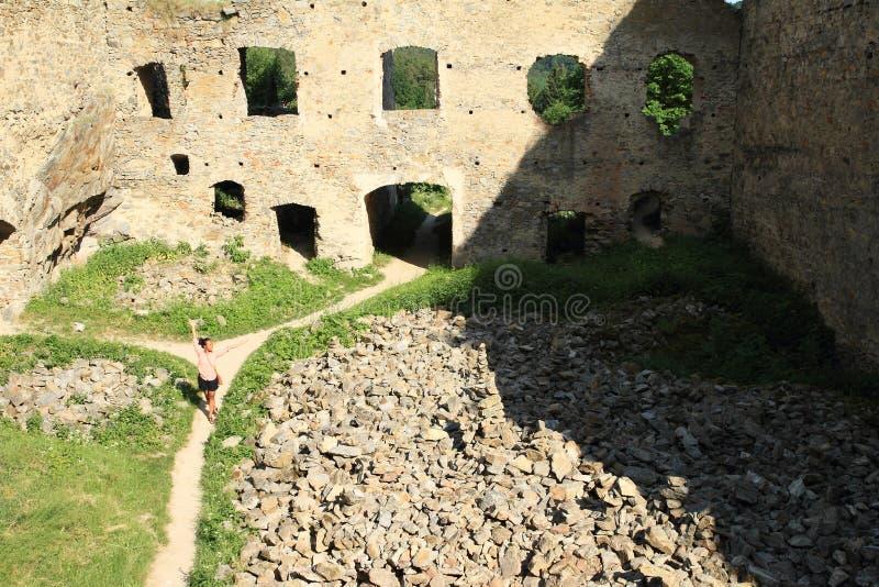 Menina no pátio da pedra das meninas do castelo foto de stock
