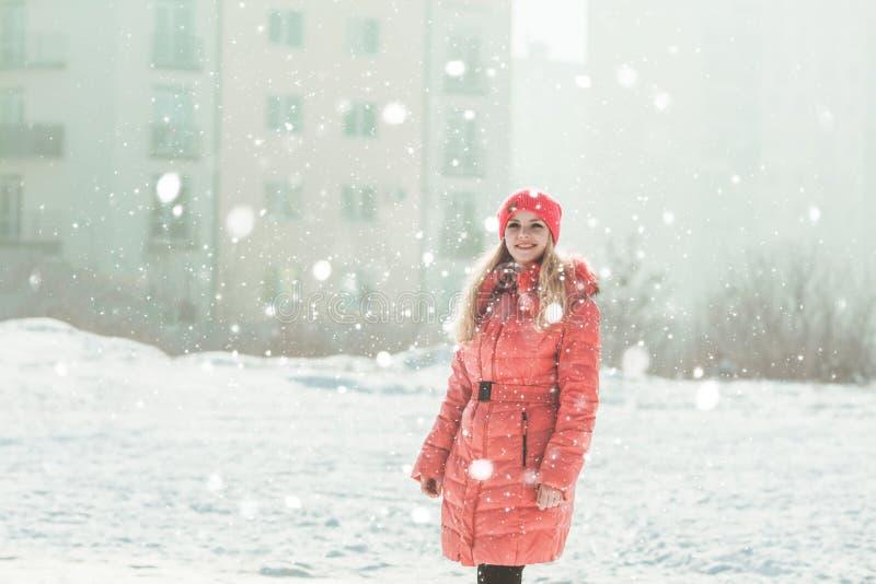 Menina no Parka vermelho fotografia de stock royalty free