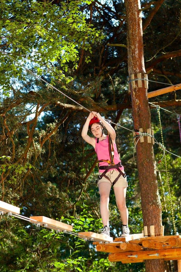 Menina no parque da aventura imagens de stock royalty free
