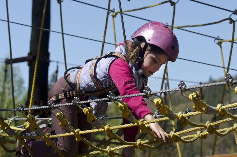 Menina no parque da corda fotos de stock