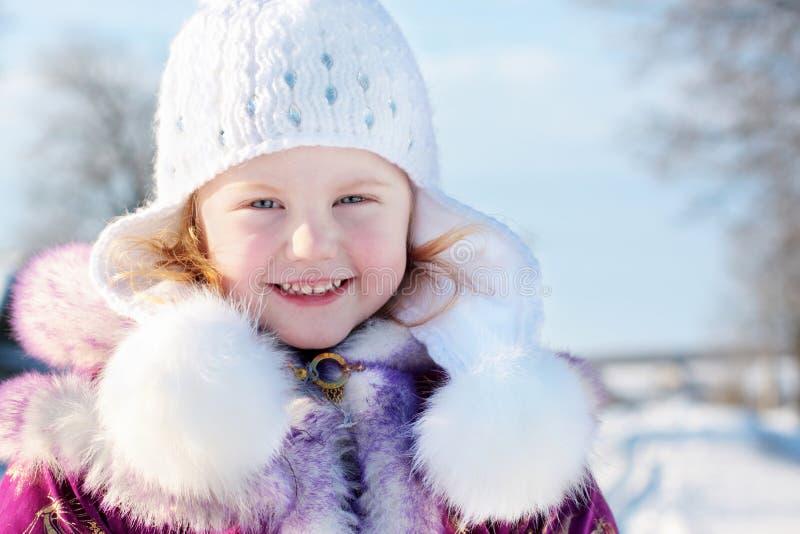 Menina no parque do inverno foto de stock
