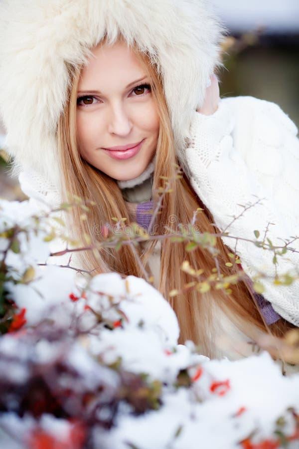 Menina no parque do inverno foto de stock royalty free