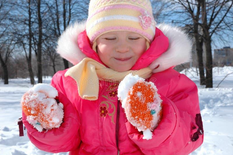 A menina no parque do inverno fotografia de stock royalty free