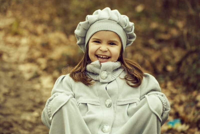 Menina no parque do outono fotos de stock royalty free