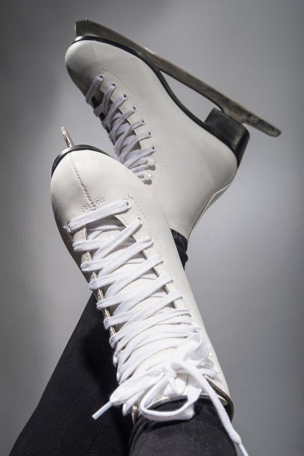 Menina no patins brancos novos imagem de stock royalty free