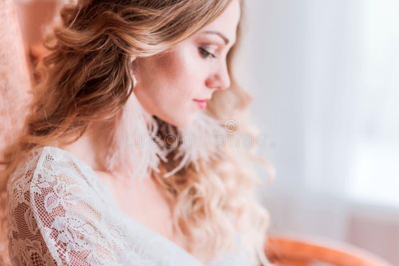 Menina no peignoir com brincos da borla Foto horizontal imagens de stock royalty free