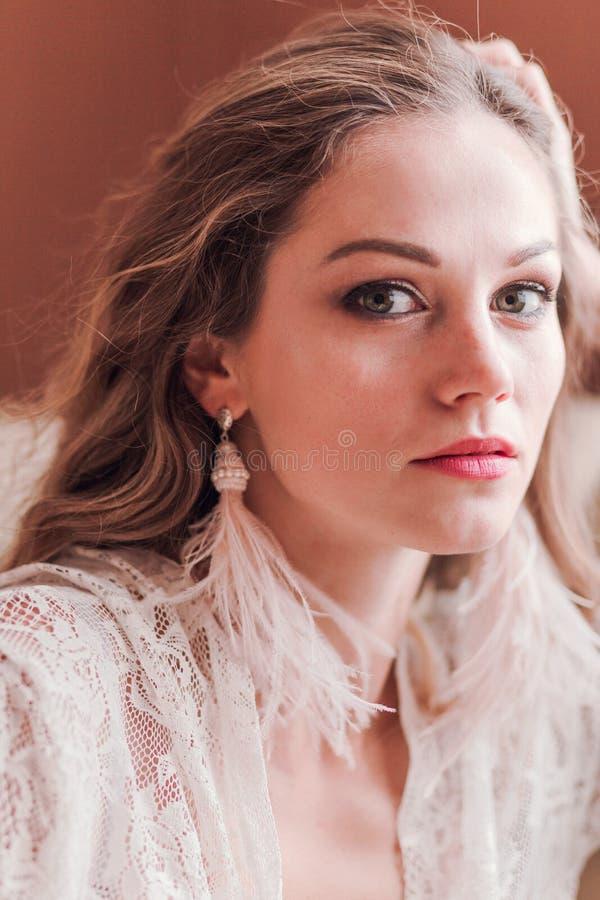 Menina no peignoir com brincos da borla Foto vertical foto de stock royalty free