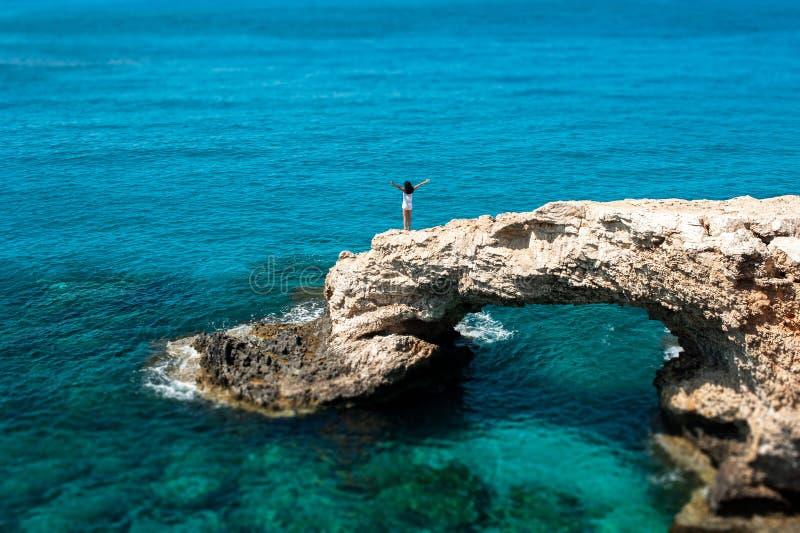 A menina no penhasco pelo mar imagens de stock royalty free
