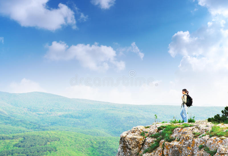 Menina no pico da montanha fotos de stock royalty free