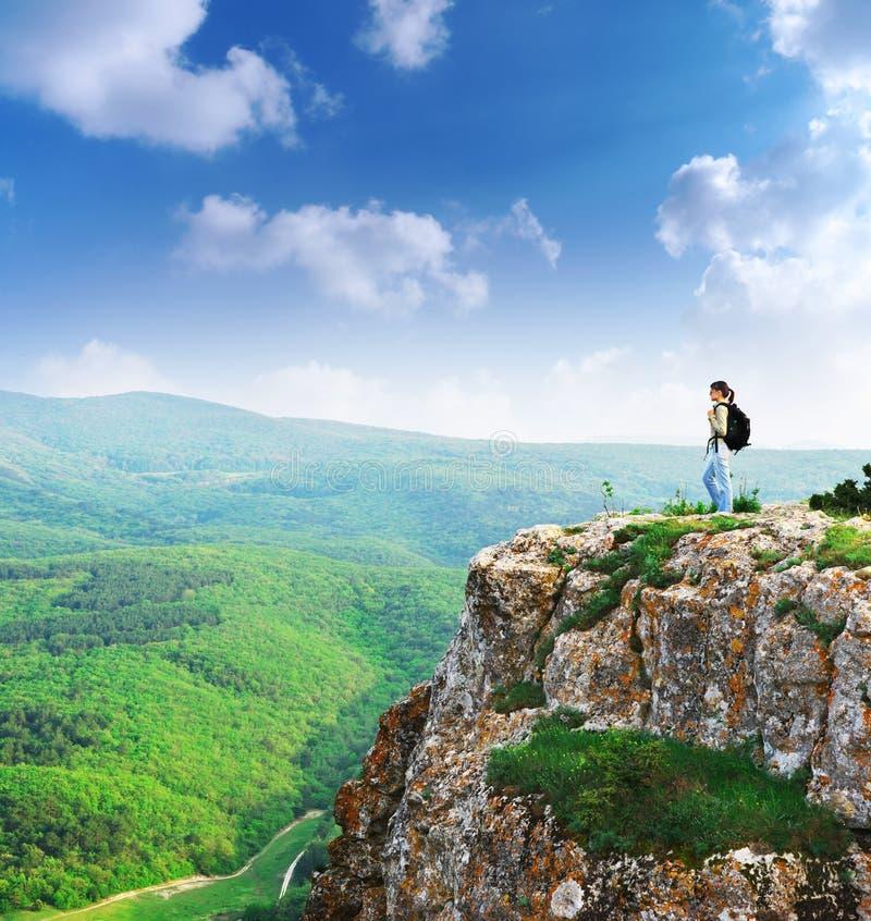 Menina no pico da montanha imagens de stock royalty free