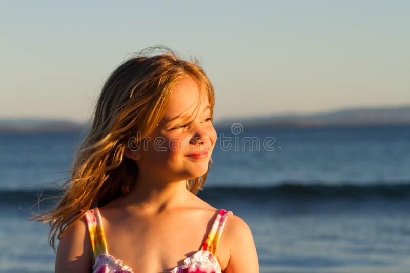 Menina no por do sol fotos de stock royalty free