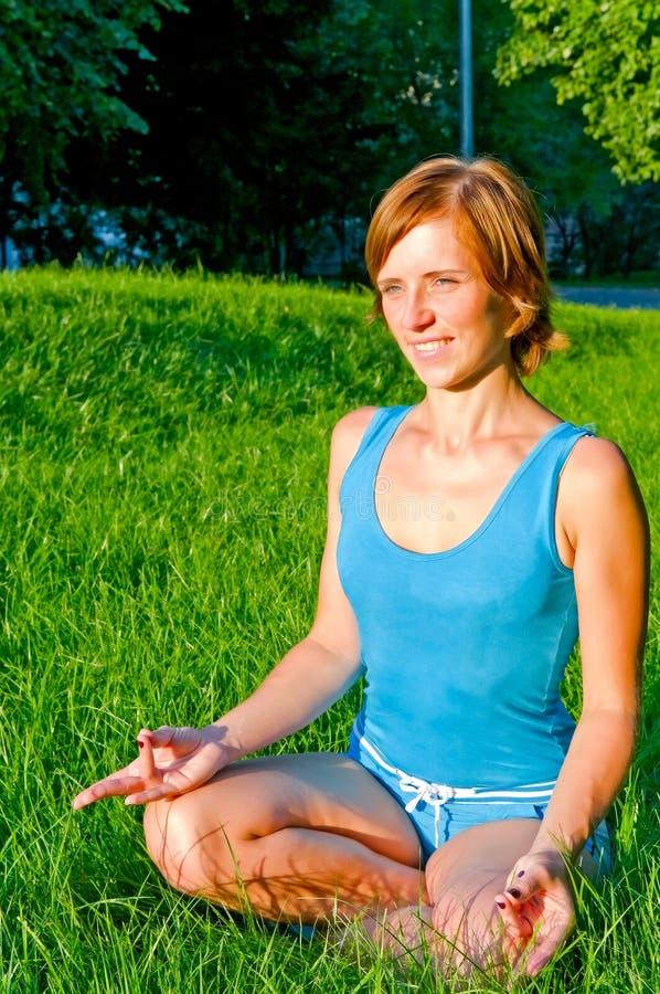 Menina no pose da meditação imagem de stock royalty free