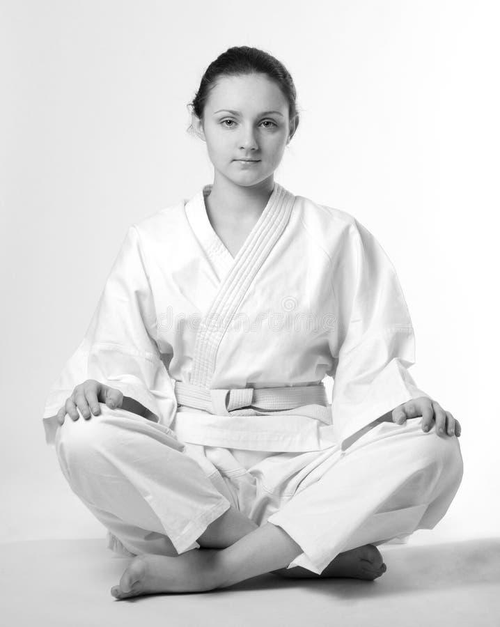 Menina no quimono branco que senta-se tradicional imagem de stock royalty free