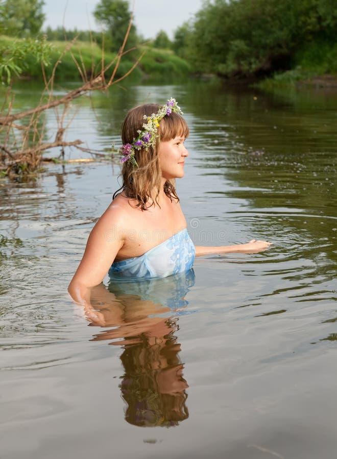 Menina no rio imagens de stock royalty free