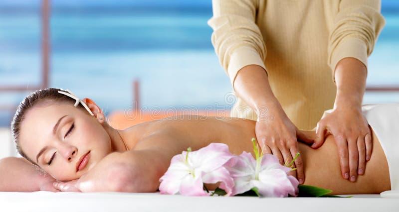 Menina no salão de beleza dos termas que tem a massagem fotos de stock royalty free