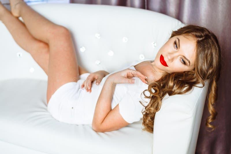 A menina no sofá foto de stock royalty free