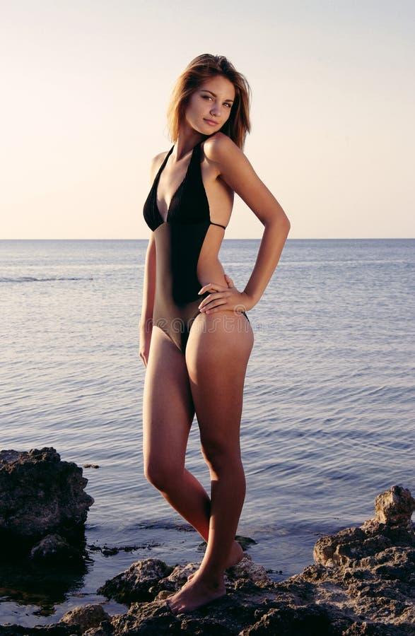 Menina no sorriso da praia imagem de stock royalty free