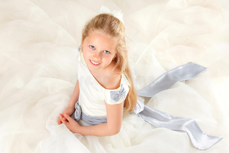 Menina no sorriso do vestido do comunhão fotos de stock royalty free