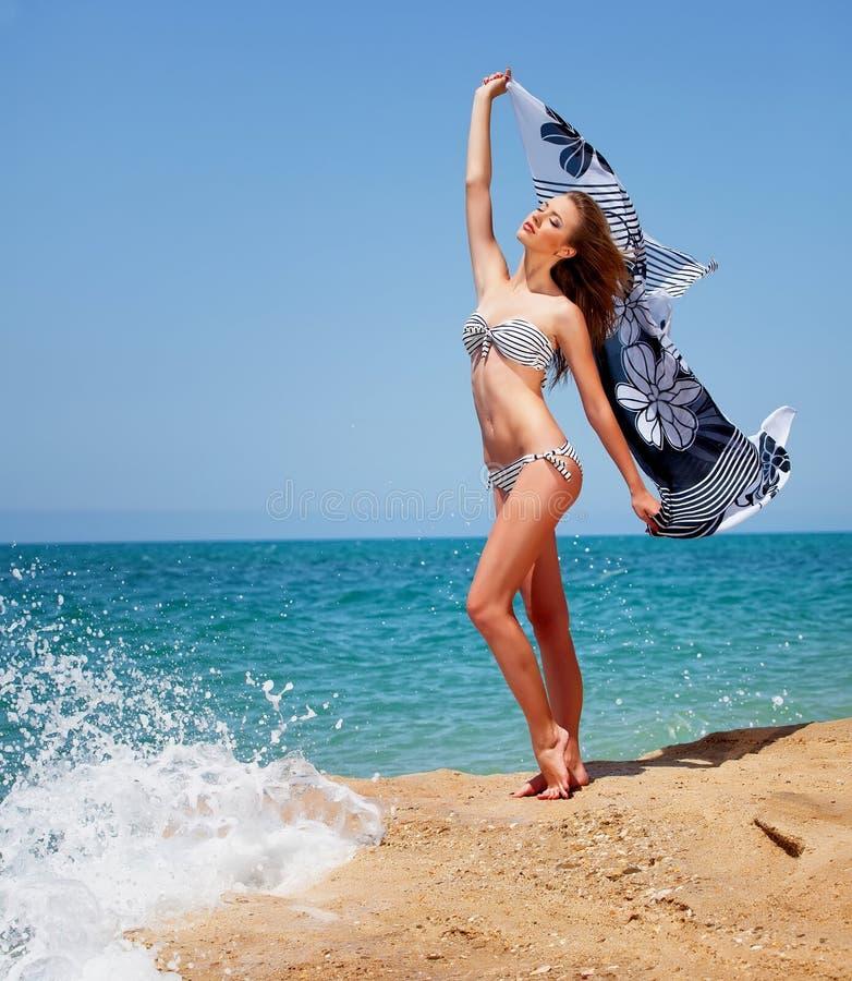 Menina no suimsuit na praia imagens de stock royalty free