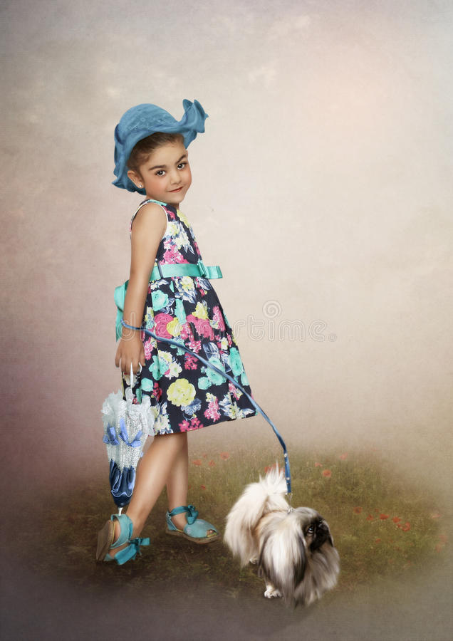 A menina no tampão e no cão imagem de stock