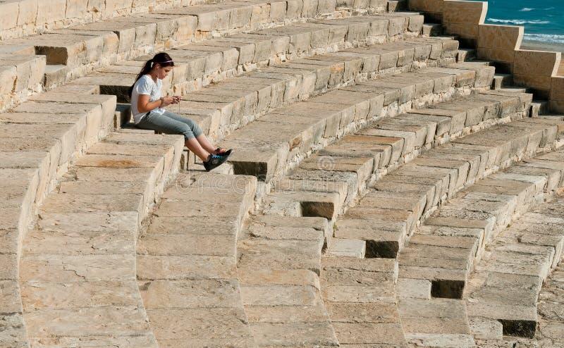 Menina no teatro antigo de Kourion fotografia de stock royalty free