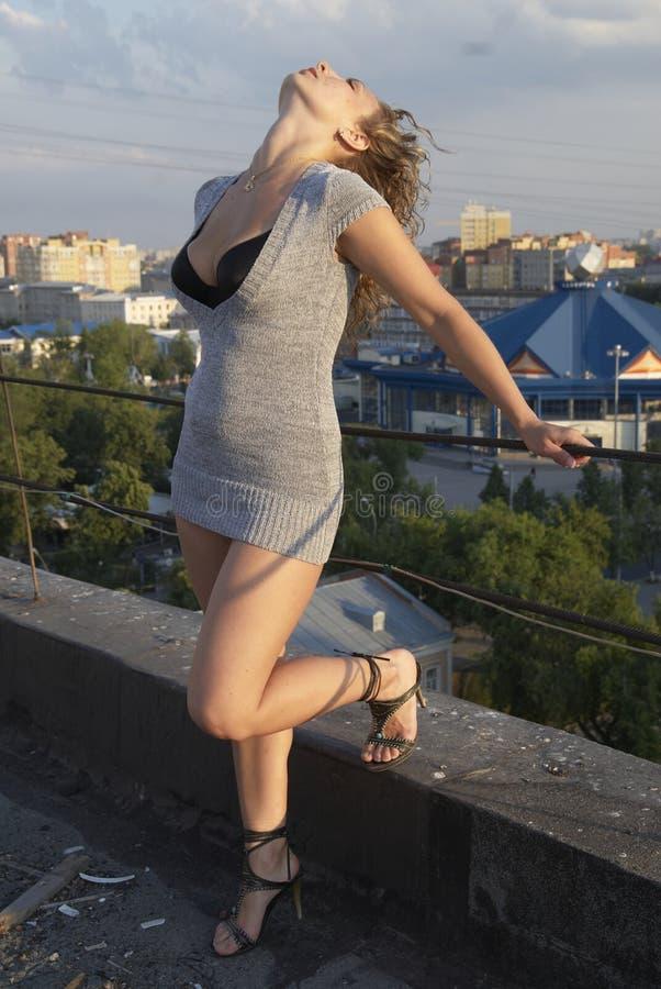 Menina no telhado imagens de stock royalty free