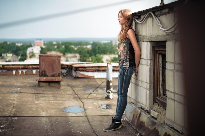 Menina no telhado imagens de stock