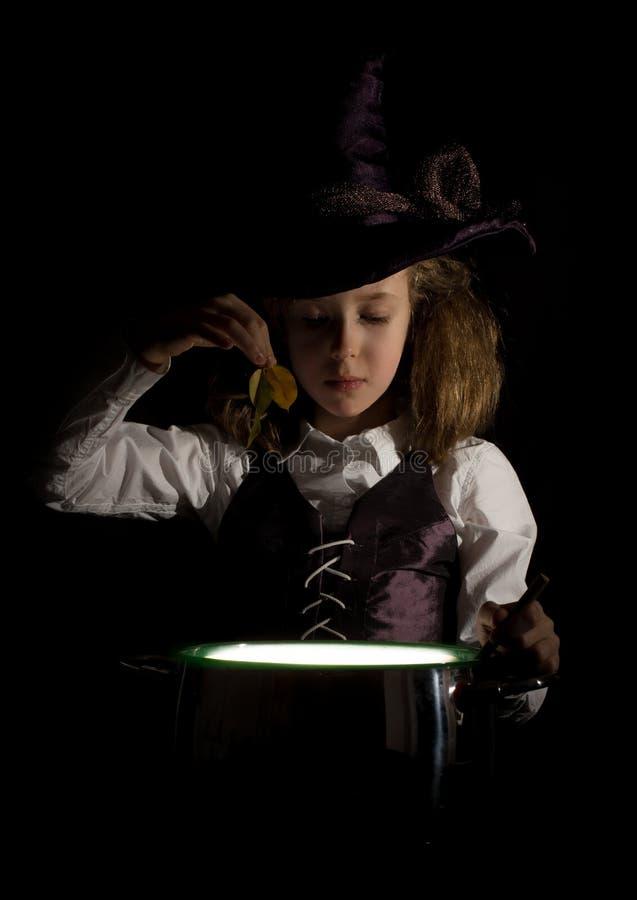 Menina no traje da bruxa imagens de stock