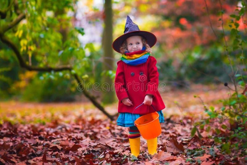 Menina no traje da bruxa em Dia das Bruxas foto de stock