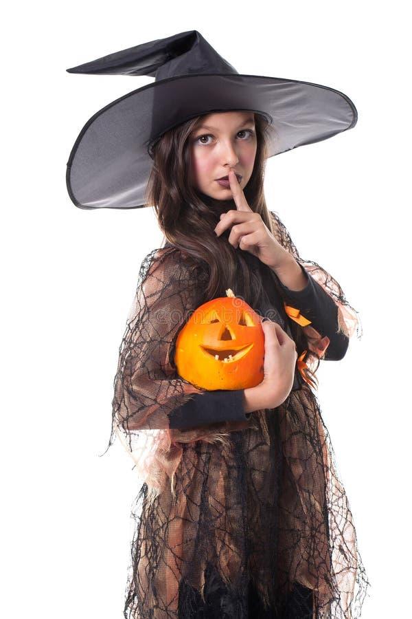 Menina no traje de Halloween que prende uma abóbora fotos de stock royalty free