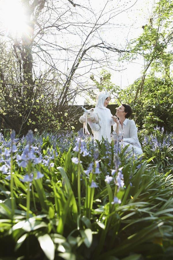 Menina no traje do cavalo com a mãe no jardim foto de stock royalty free